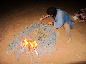 Berebere horneando pan en el desierto