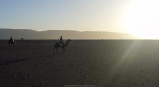 Nómadas del Sáhara al atardecer - Valle del Draa (Marruecos)