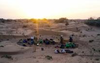 Montaje del campamento al anochecer - Desierto del Sáhara (Marruecos)