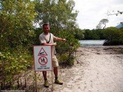 Diego y señal peligro cocodrilos - Daintree (Australia)