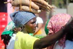 Gente vendiendo de todo a las chapas que pasan (Mozambique)