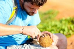 Abriendo un coco (Mozambique)