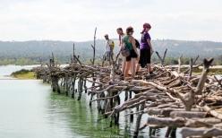 Equipo cruzando el puente - Quissico (Mozambique)