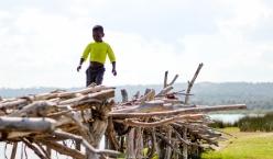 Niño cruzando el puente (Mozambique)