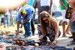 Comprando artesanía en el festival - Quissico (Mozambique)
