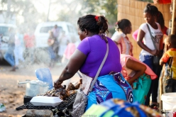 Cocinando frango (pollo) - Quissico (Mozambique)