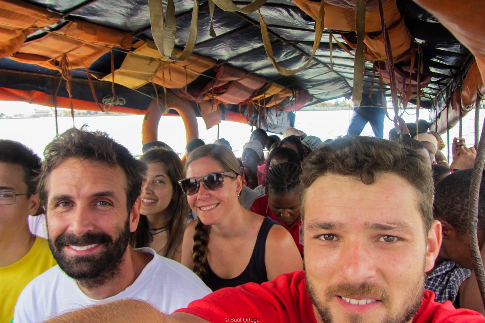 El equipo en una barco-chapa camino de Maxixe (Mozambique)