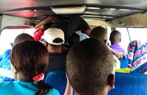 Chapa llena circulando (Mozambique)