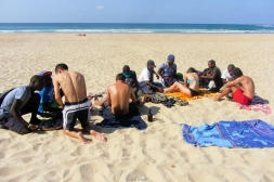 Comprando pulseras a pie de playa - Tofo (Mozambique)
