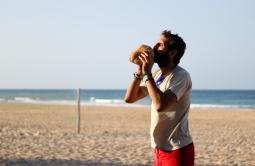 Mi barba bebiendo de un coco - Tofo (Mozambique)
