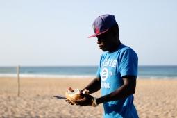 Autóctono vendiendo cocos - Tofo (Mozambique)