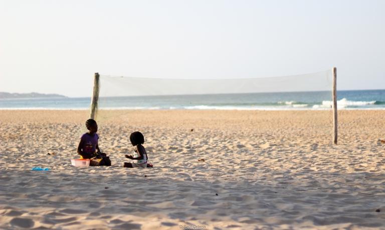 Niñas en la playa - Tofo (Mozambique)