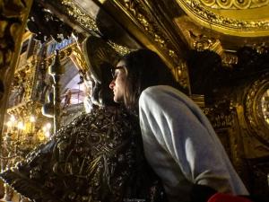 Peregrinos abrazando al Apóstol