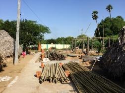 El principal material utilizado es el bambú y los troncos de palmera