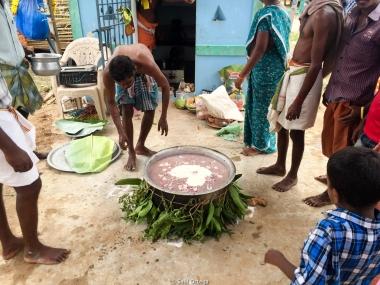 El perolo con el guiso de la festividad de Shiva que luego comerán