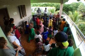 Bailando con los niños de Care Foundation