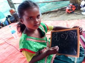 Una profesora viene al poblado a dar clase a los niños que no pueden ir al cole
