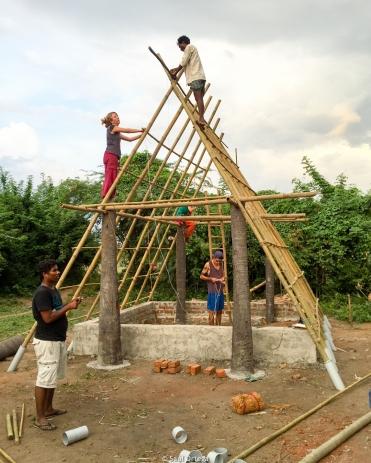 Sobre esta estructura se monta el suelo del segundo piso y las hojas de palmera trenzadas que harán de tejado