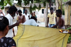 En una de las festividades dedicadas a Shiva se sacrifican dos pollos cortándoles el cuello (tras la tela).