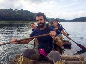 El equipo aventurero cruzando en balsa los lagos del parque nacional Periyar - Kerala - India
