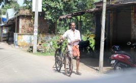 Transeúnte en bici - Kerala - India
