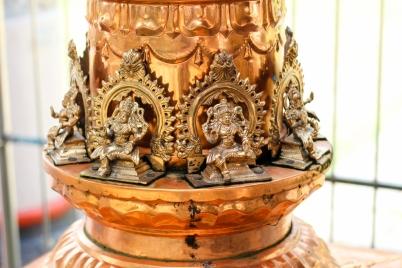 Detalle de base de columna en templo hinduista - India