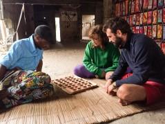 En el mercado de Tofo jugando a Chuba